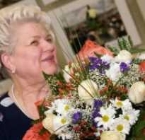 Поздравление коллеге на пенсию прикольные. Сценки для проводов на пенсию женщины