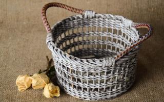 Азы плетения из газетных трубочек. Продолжение плетение корзинки. Плетение квадратной корзины