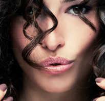 Как завить волосы толстой плойкой. Как научиться красиво завивать волосы плойкой