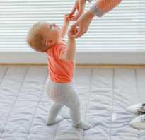 Когда ребенка можно ставить на ножки: мнения и рекомендации. Когда ребенок начинает стоять